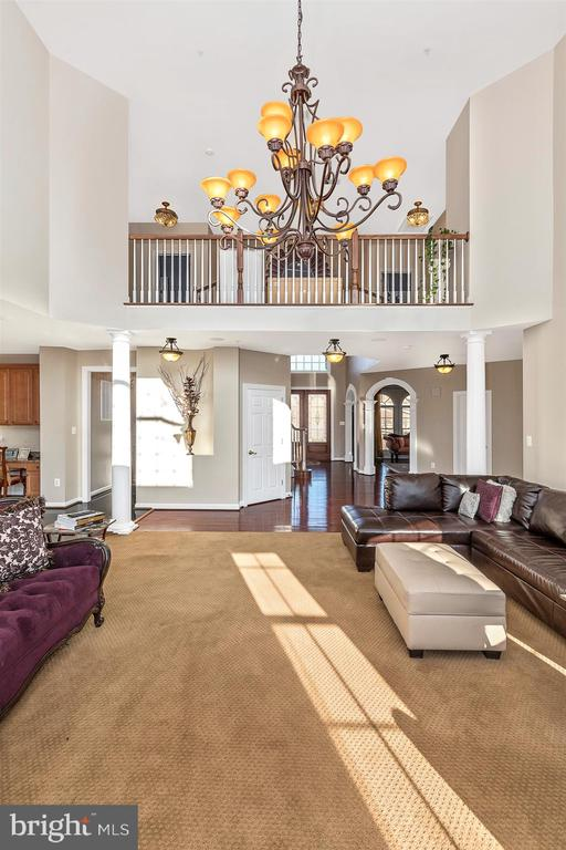 Two-story family room - 25103 HIGHLAND MANOR CT, GAITHERSBURG