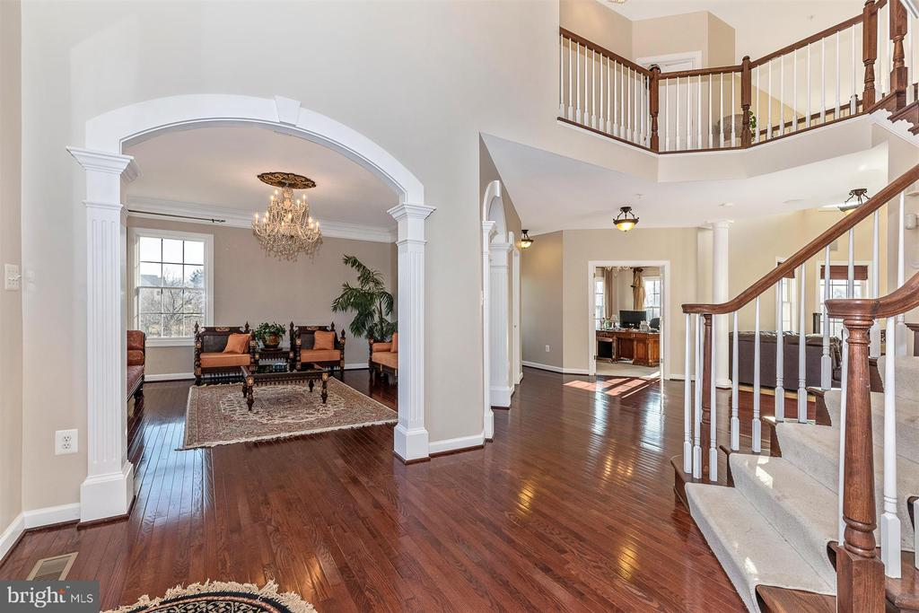 Main foyer with living room entry at left - 25103 HIGHLAND MANOR CT, GAITHERSBURG
