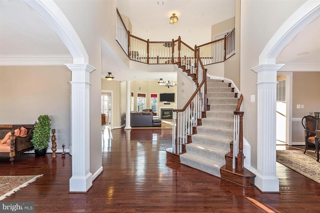 Grand staircase - 25103 HIGHLAND MANOR CT, GAITHERSBURG