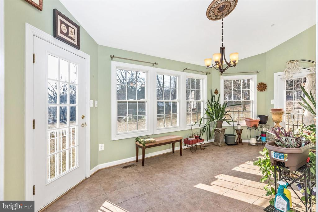 Morning room off kitchen with rear yard views - 25103 HIGHLAND MANOR CT, GAITHERSBURG