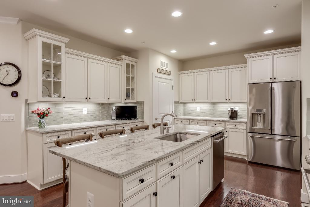 Creamy white cabinetry w/ raised & glass panels - 9754 KNOWLEDGE DR, LAUREL
