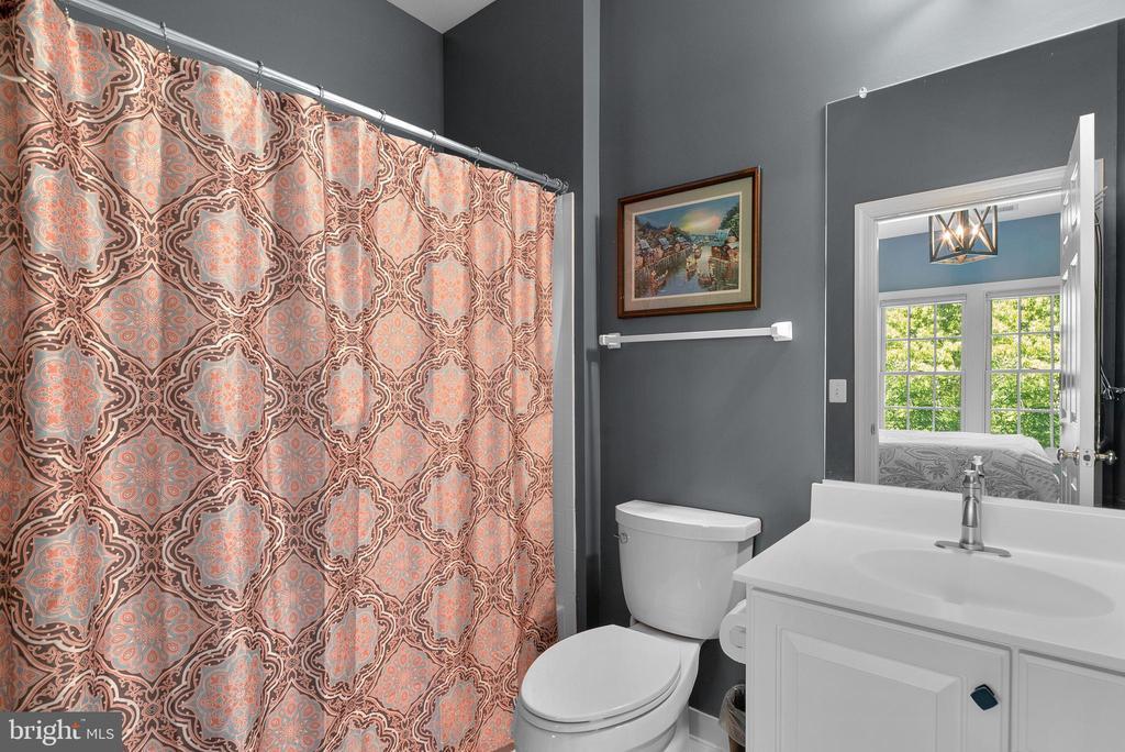 En Suite Bath in Bedroom #4 - 47273 OX BOW CIR, STERLING