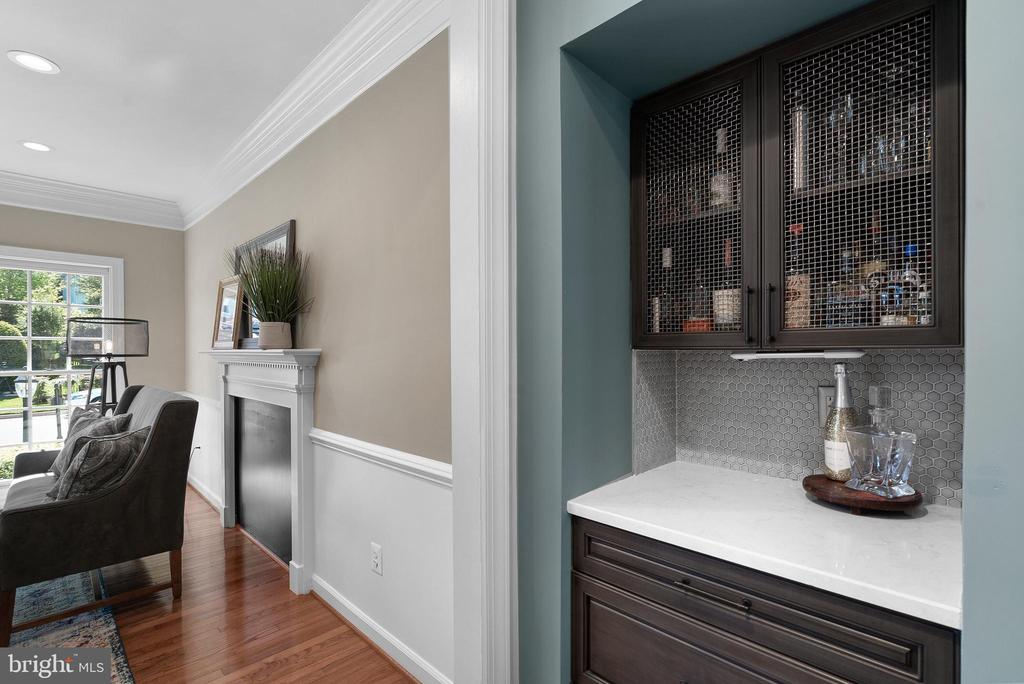 Quartz-Topped Butler's Pantry w/ Wire Cage Display - 47273 OX BOW CIR, STERLING