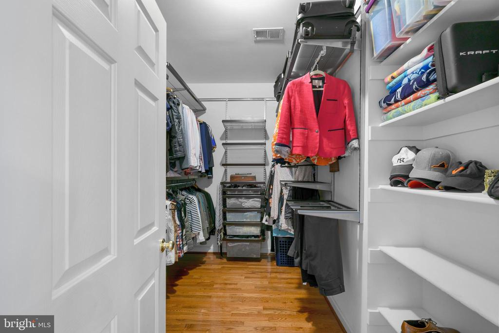 Walk In Closet w/ Custom Closet - 47273 OX BOW CIR, STERLING