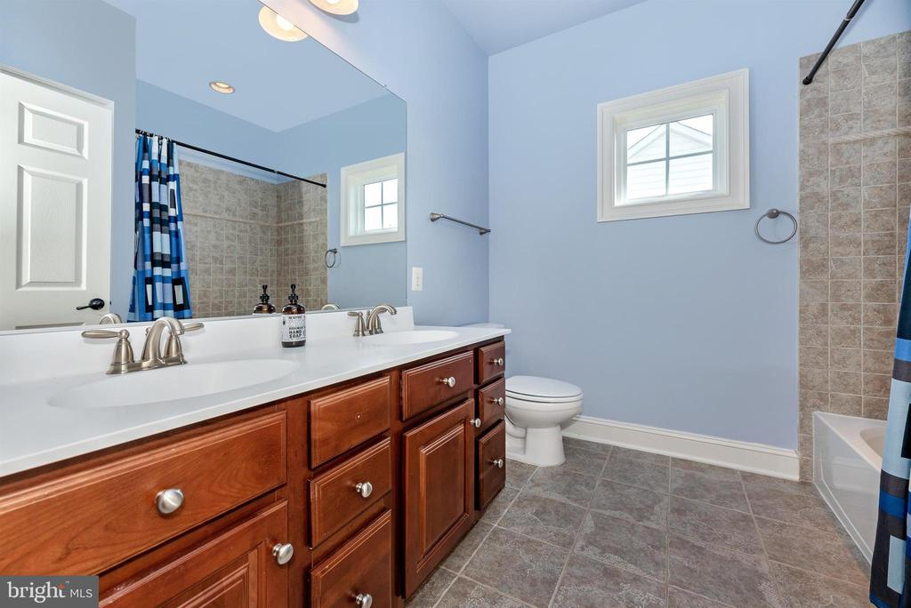 - 29 WAGON SHED LN, MIDDLETOWN