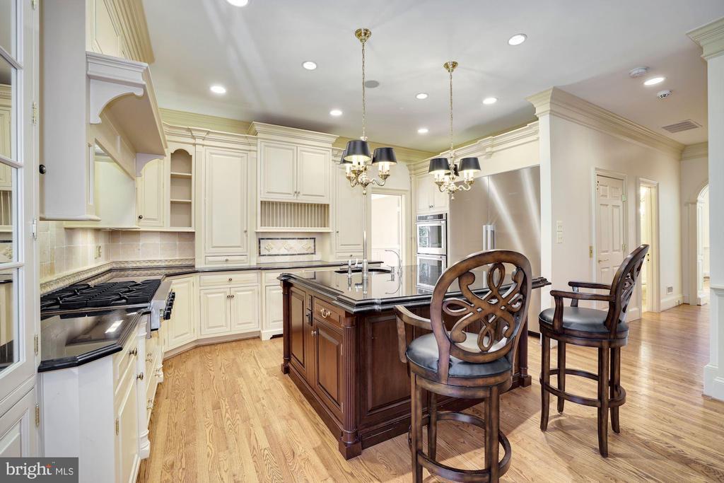 Kitchen with Granite Island bar - 3823 N RANDOLPH CT, ARLINGTON