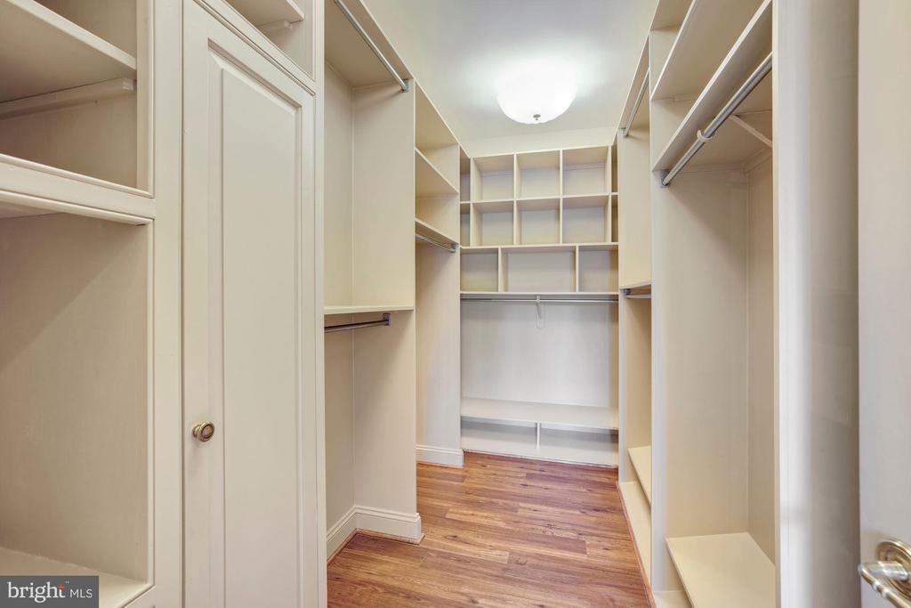His & Her walk-in closets - 3823 N RANDOLPH CT, ARLINGTON
