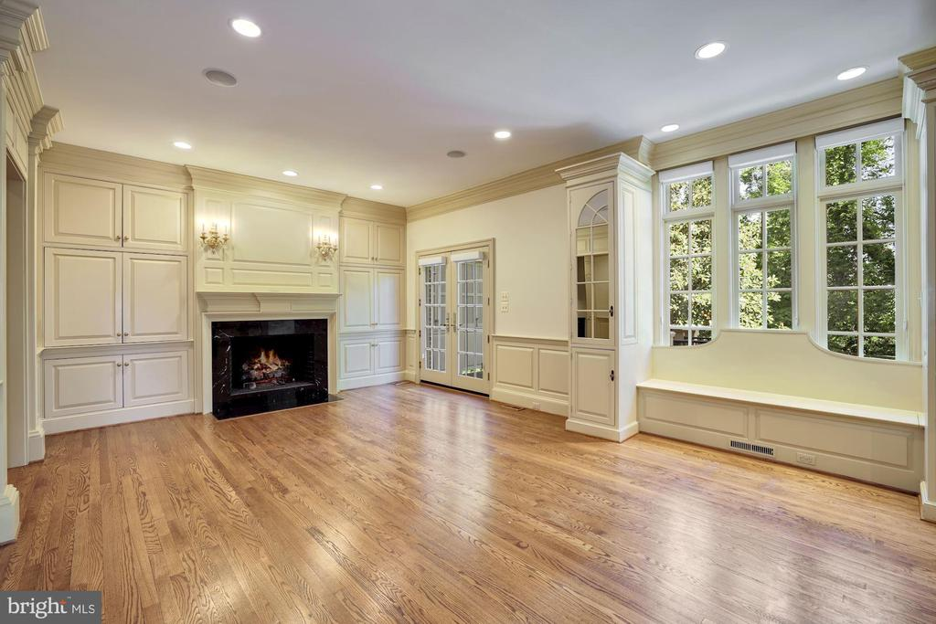Family Room with Gas Fireplace and Built-Ins - 3823 N RANDOLPH CT, ARLINGTON