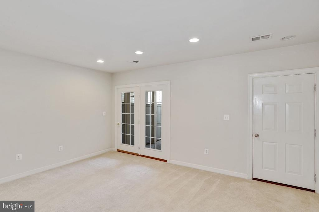 Fully finished lower level, multipurpose room - 24905 EARLSFORD DR, CHANTILLY