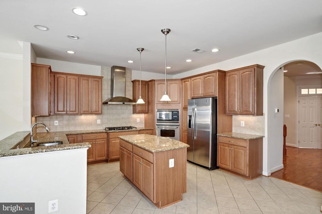 Open kitchen with lots of cabinets - 24905 EARLSFORD DR, CHANTILLY