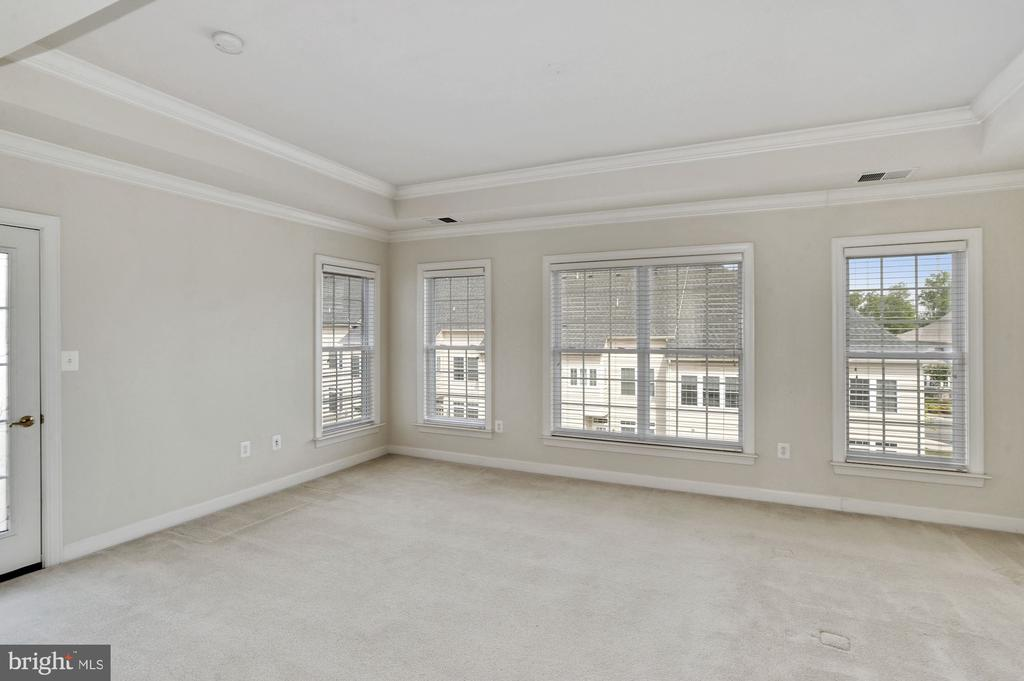 Oversized master bedroom w/ lots of natural ligh - 24905 EARLSFORD DR, CHANTILLY