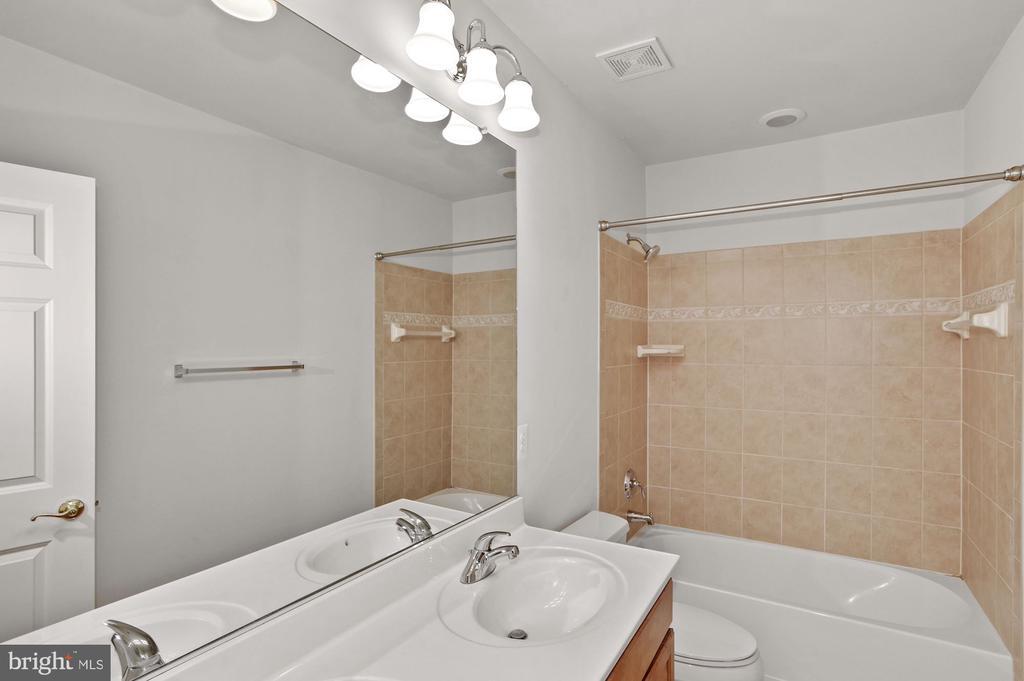 Shared full bathroom - 24905 EARLSFORD DR, CHANTILLY