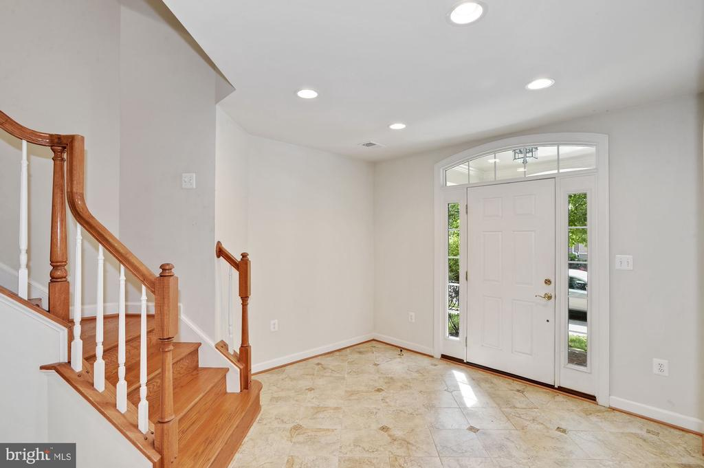 Bright entryway - 24905 EARLSFORD DR, CHANTILLY