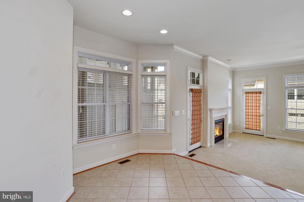 Breakfast area besides kitchen - 24905 EARLSFORD DR, CHANTILLY