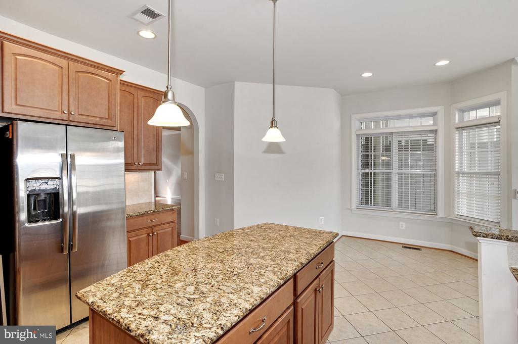 Granite topped island - 24905 EARLSFORD DR, CHANTILLY