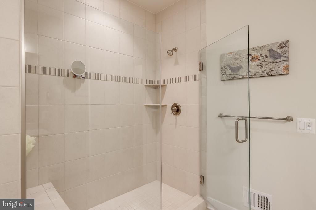 Floor-to-ceiling tiled shower w/ bench - 9754 KNOWLEDGE DR, LAUREL