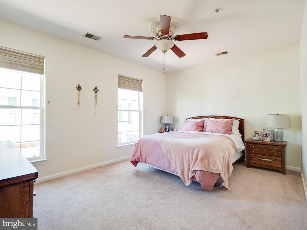 Vaulted ceilings in primary bedroom - 25300 LAKE MIST SQ #205, CHANTILLY