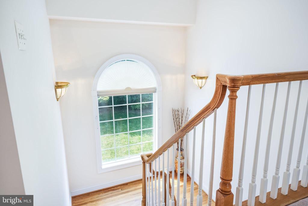 Half-turn stairway with landing - 3680 WAPLES CREST CT, OAKTON
