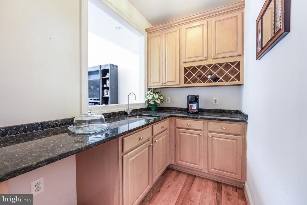 Convenient Butler's pantry - 3680 WAPLES CREST CT, OAKTON