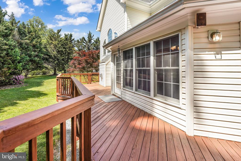 offers  privacy and entertaining options - 3680 WAPLES CREST CT, OAKTON