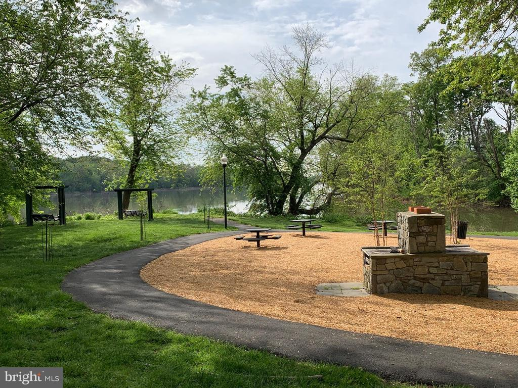 Firepit, benches, tables to enjoy at the park - 18362 FAIRWAY OAKS SQ, LEESBURG