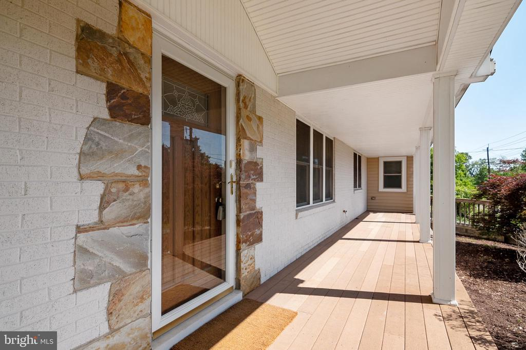 Front Porch with no maintenance composite decking - 19220 LIBERTY MILL RD, GERMANTOWN