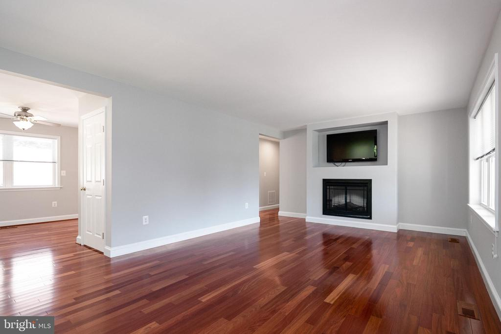 Living Room with electric fireplace - 19220 LIBERTY MILL RD, GERMANTOWN