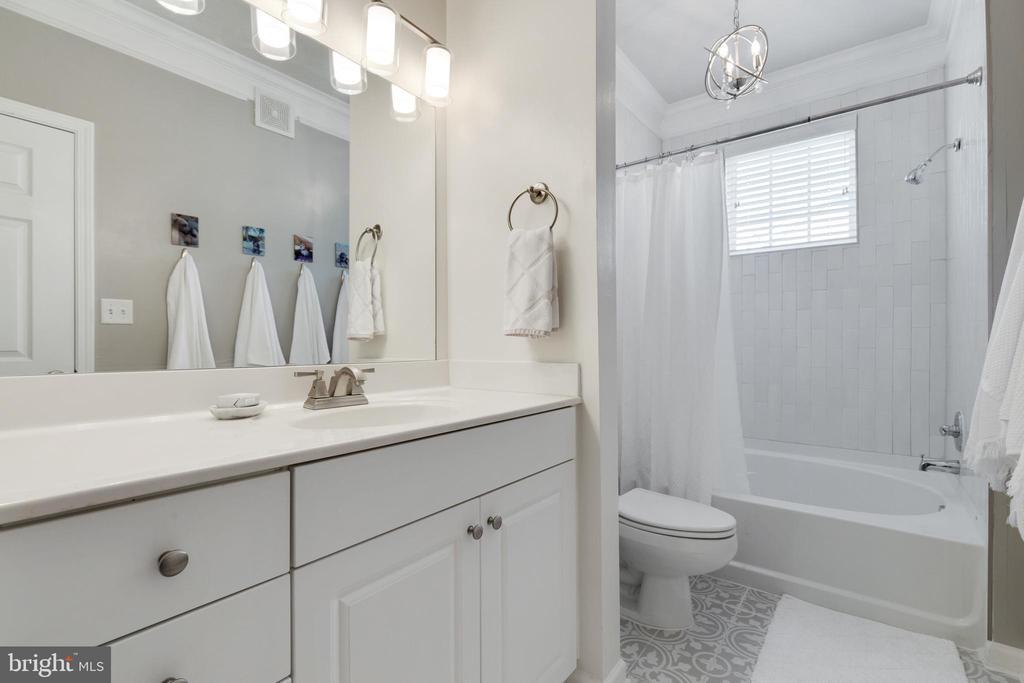 Luxury Secondary Bathroom - 505 SUNSET VIEW TER SE #308, LEESBURG