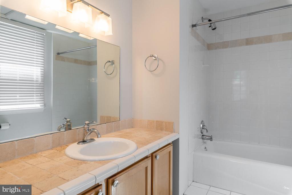 Unit C Bathroom - 1007 QUEEN ST, ALEXANDRIA