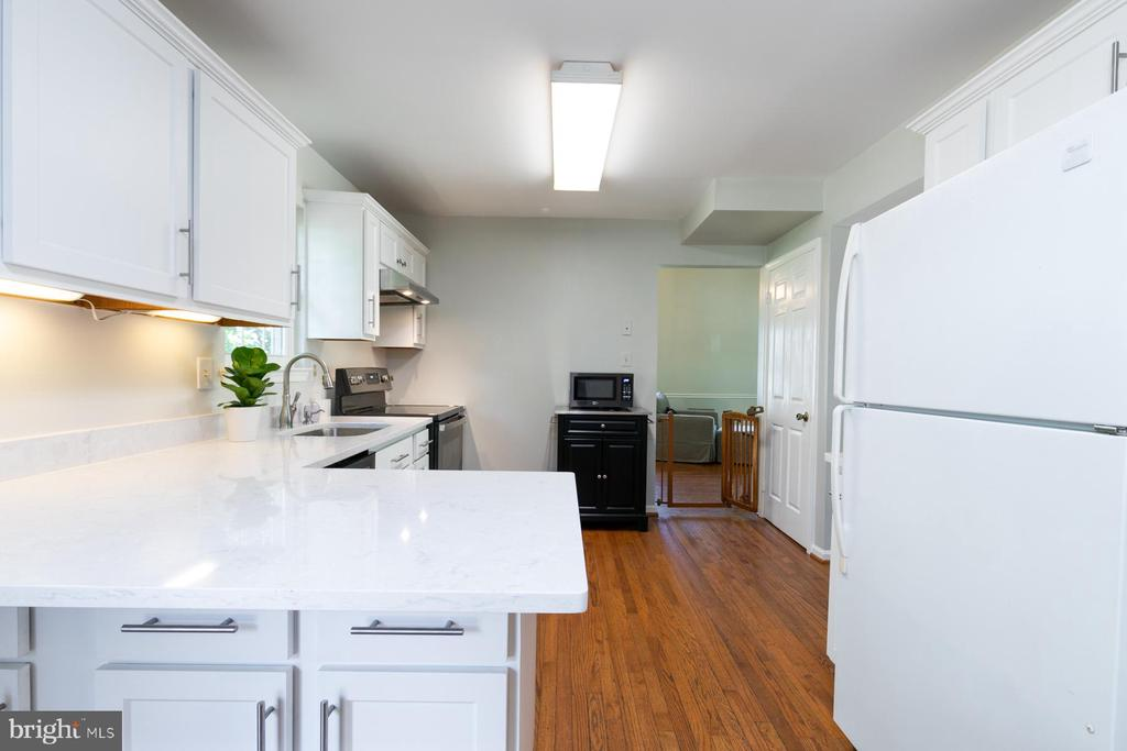 Pic 2-Remodeled Kitchen - 5 BARNSWALLOW CT, STERLING