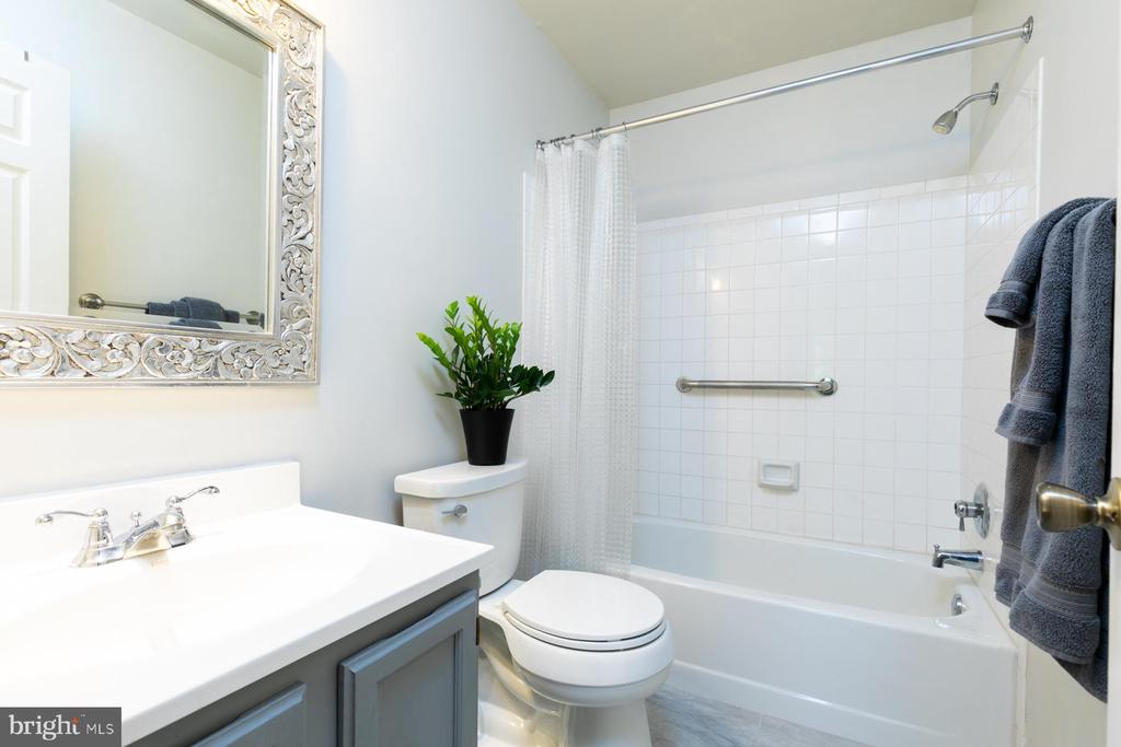 Hall Bath With Tub and Shower - 5 BARNSWALLOW CT, STERLING