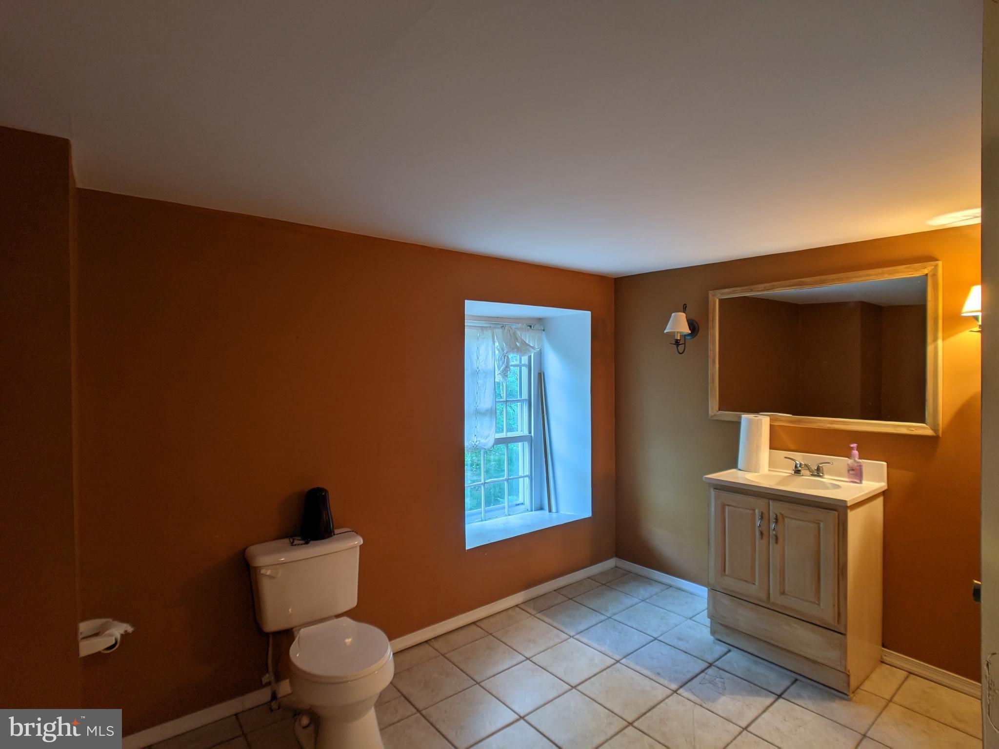 2 half baths in bottom floor of carriage house