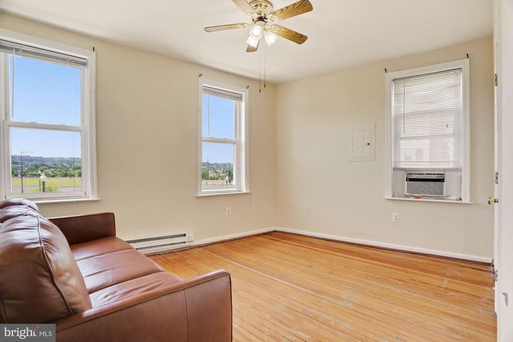 Studio Living Room - 5 BARNEY CIR SE, WASHINGTON