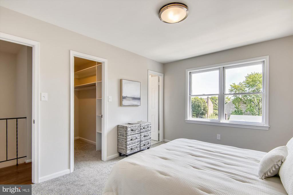 Top Floor - Primary BR w/ W-I Closet & Full Bath - 1186 N VERMONT ST, ARLINGTON