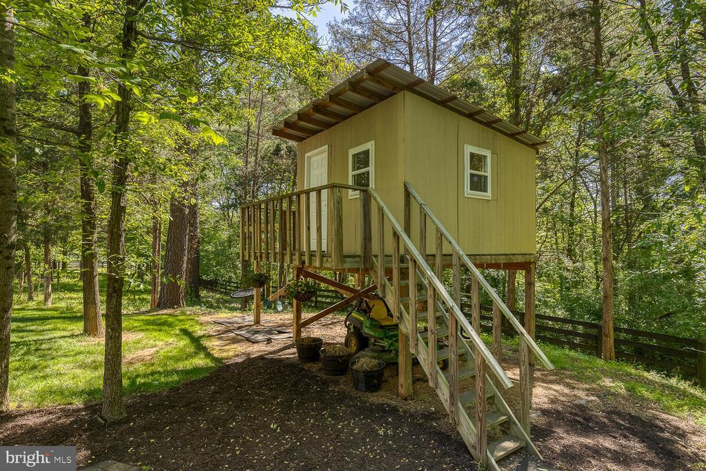 Tree house with electric. - 42091 NOLEN CT, LEESBURG