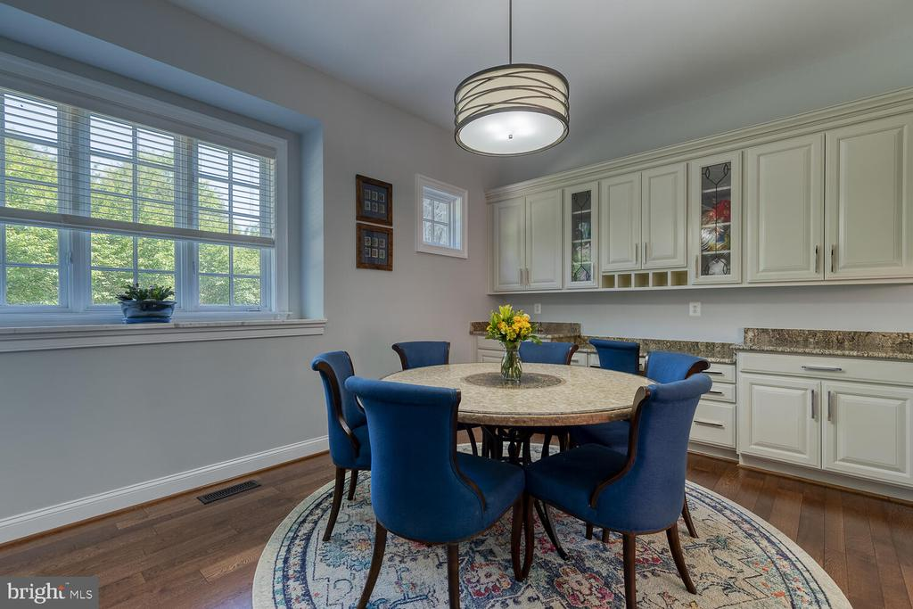 Breakfast area off kitchen with built-ins. - 42091 NOLEN CT, LEESBURG