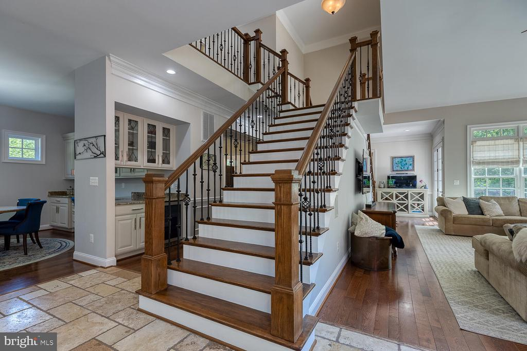Double, sided staircase. - 42091 NOLEN CT, LEESBURG