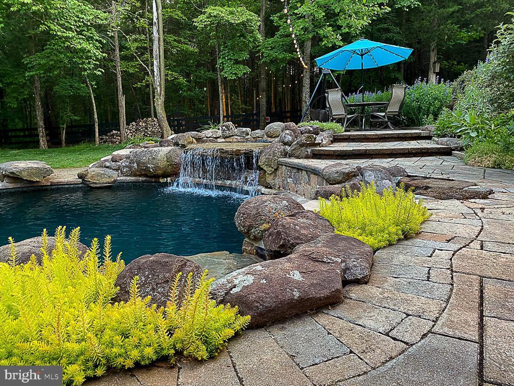 Saltwater Pool with waterfalls. - 42091 NOLEN CT, LEESBURG