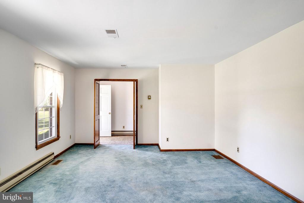 LIVING ROOM/LOOKING TOWARDS ENTRY - 38152 NIXON RD, HILLSBORO