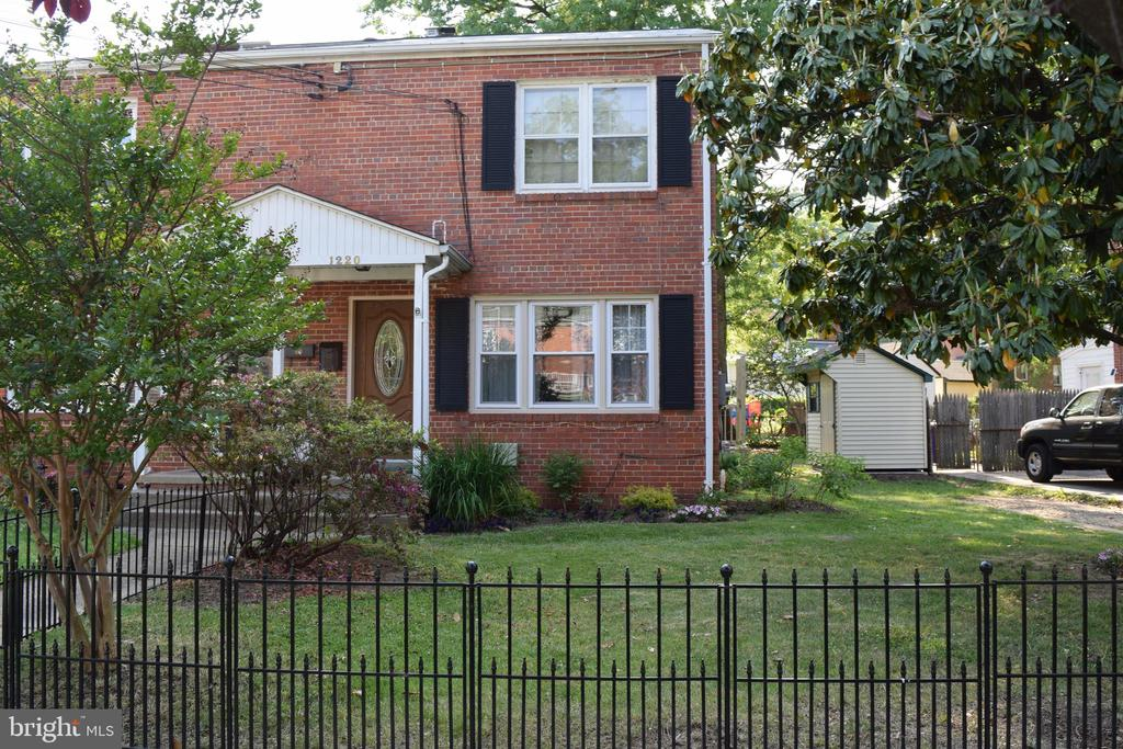 Lovely wrought iron fence greets you! - 1220 S BUCHANAN ST, ARLINGTON
