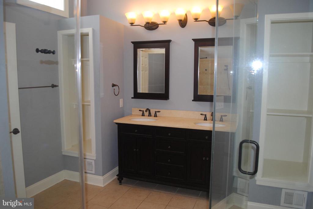 Upper Level Full Bath 1 - 8250 OLD COLUMBIA RD, FULTON
