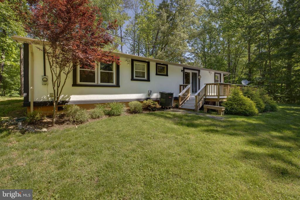 Deck exits to large yard - 7287 TOKEN VALLEY RD, MANASSAS