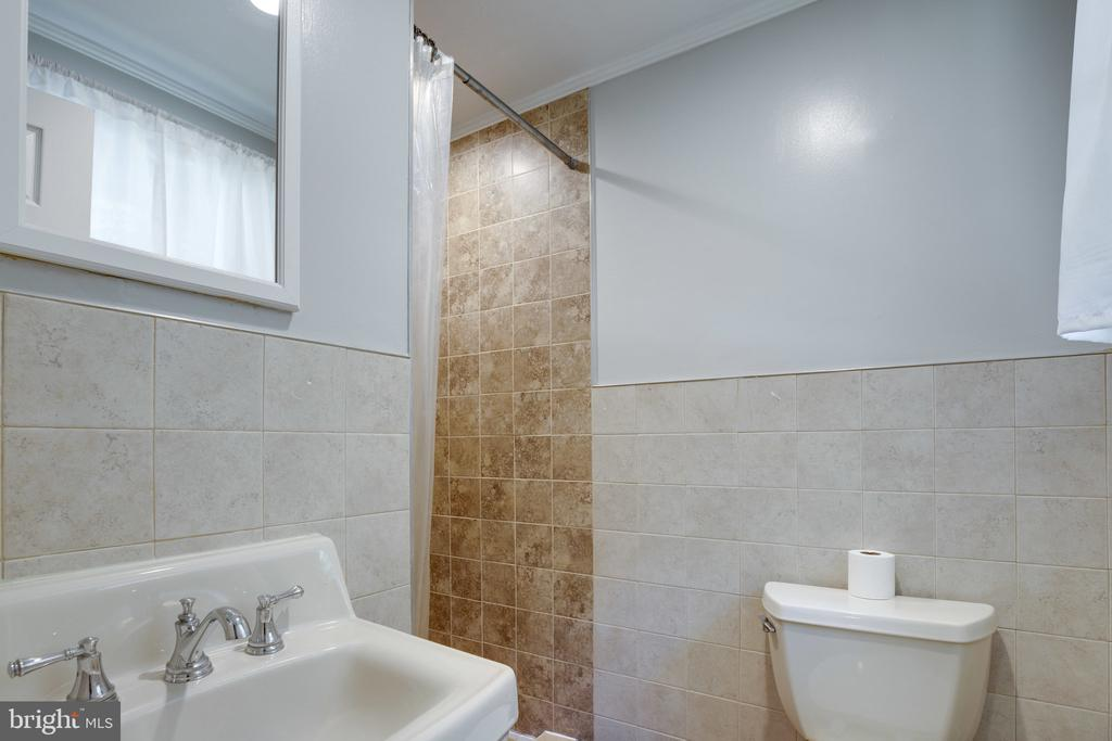 En-suite primary bath w/ standing shower - 7287 TOKEN VALLEY RD, MANASSAS