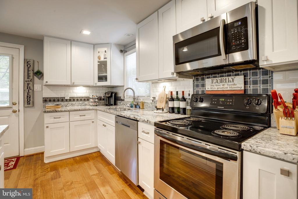 Updated cabinets and countertops - 7287 TOKEN VALLEY RD, MANASSAS