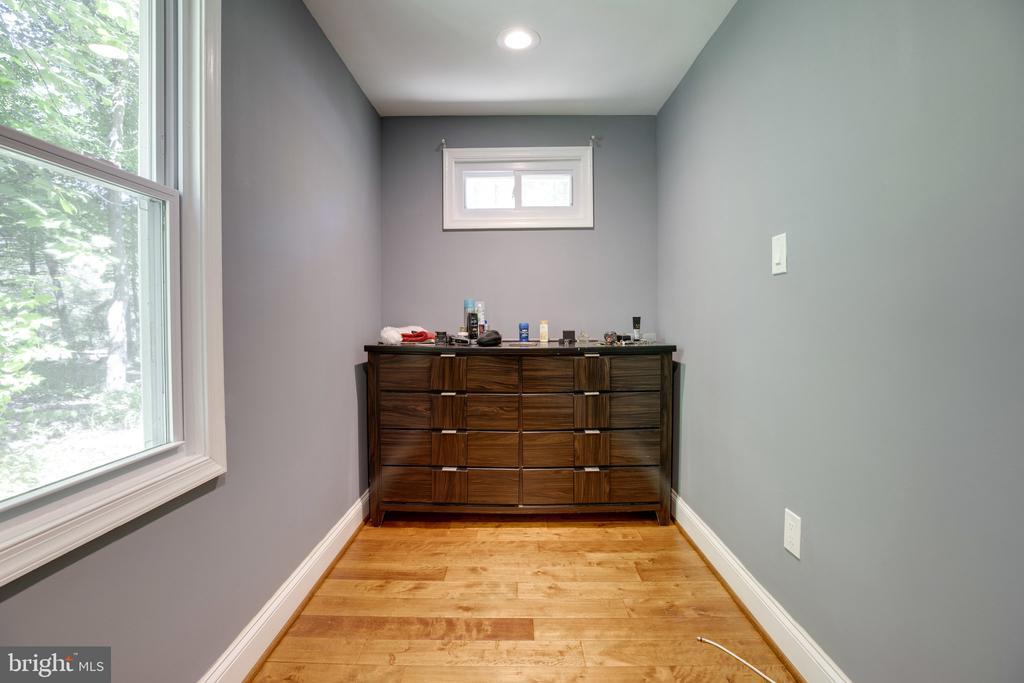 Spacious Walk in closet / fully customizable - 7287 TOKEN VALLEY RD, MANASSAS