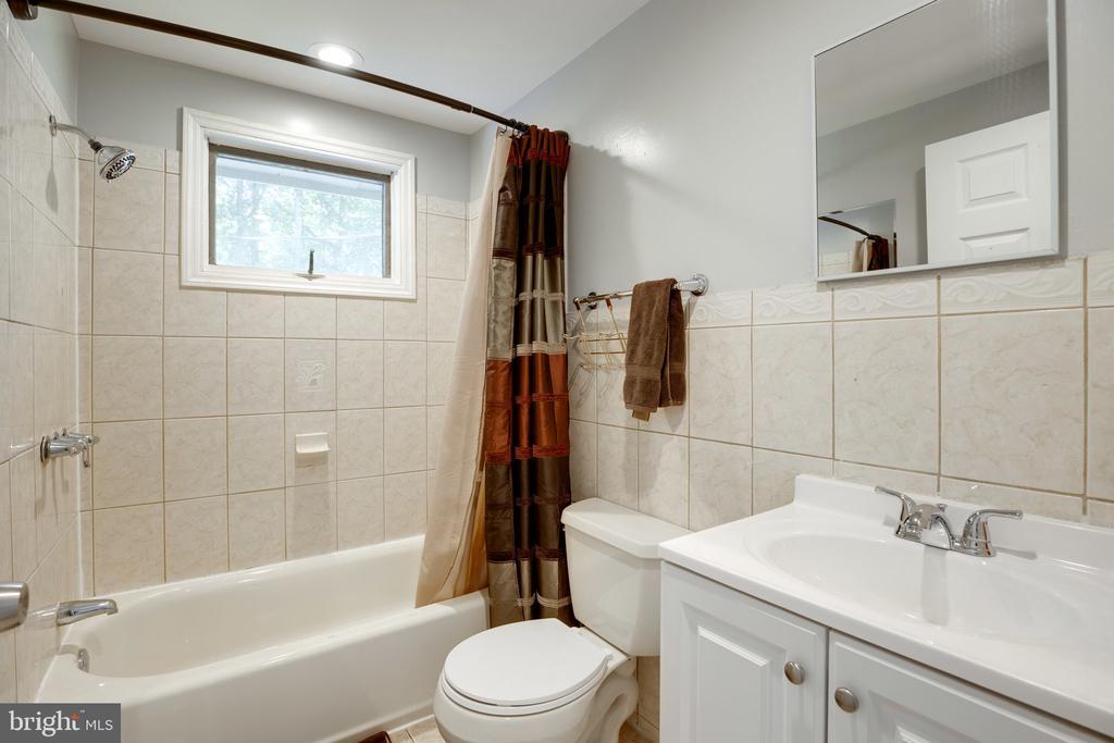 Hall full bath - 7287 TOKEN VALLEY RD, MANASSAS