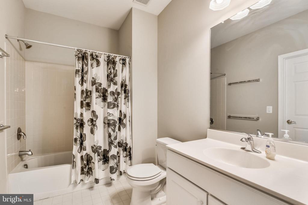 Secondary Bathroom With Tub/Shower Combination - 44484 MALTESE FALCON SQ, ASHBURN