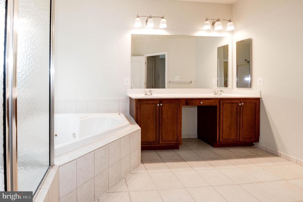 Primary bath w/dual vanities - 42918 PARK BROOKE CT, BROADLANDS