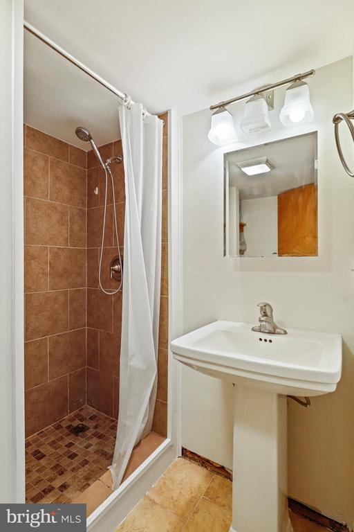 Full bath in basement - 13709 STRAFFORD DR, THURMONT