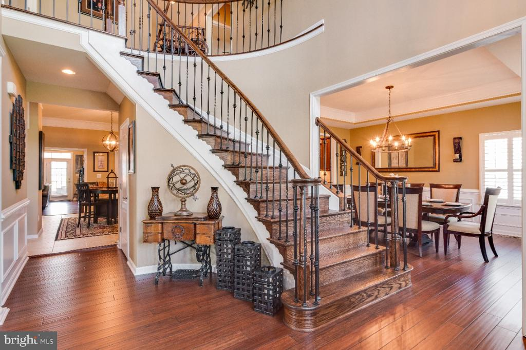 Curved Stairway w/ Wrought Iron Balusters - 42063 MIDDLEHAM CT, ASHBURN